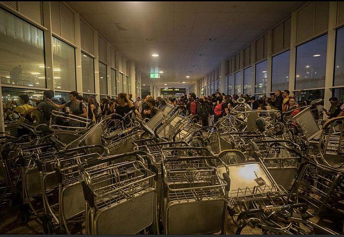 西班牙示威者阻塞了西班牙第二大城市巴塞隆那的國際機場。AP圖片