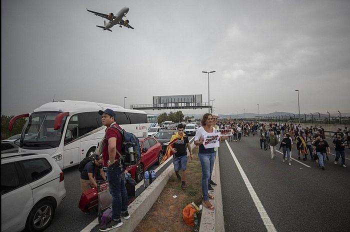 西班牙示威者阻塞了通往埃爾普拉特機場的道路。AP圖片