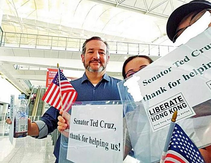 有兩個獨派組織人員到香港機場為克魯茲接機。