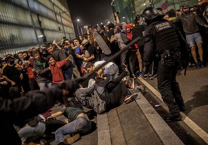 西班牙示威者在機場和警察激烈對抗。AP圖片