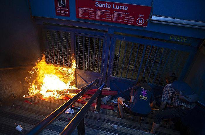 智利示威者火燒地鐵站。