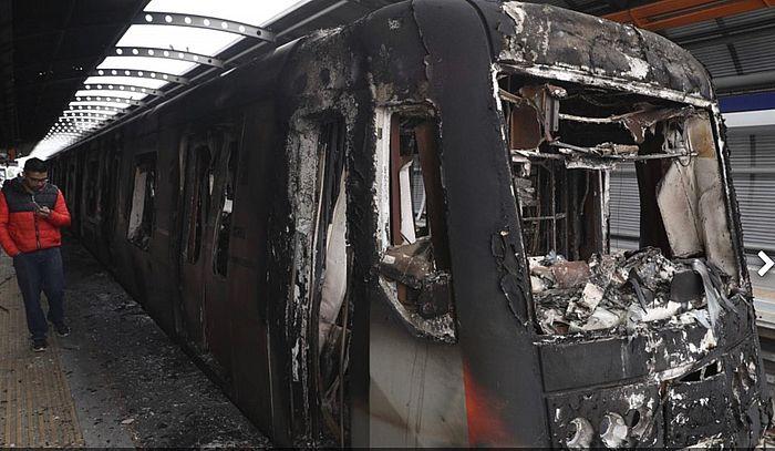 火燒地鐵列車。
