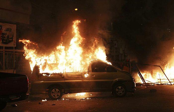 示威者在街上燒車。