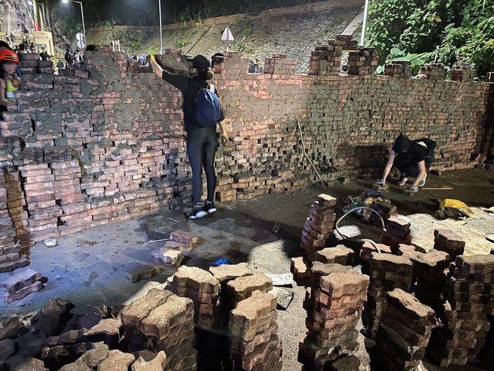 黑衣人在关键的道路筑起堡垒。