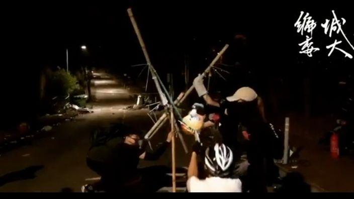 中大学生练习用投石机掟汽油弹。