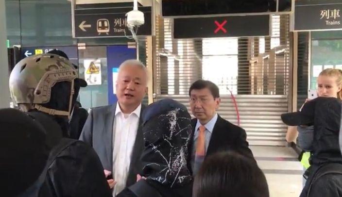 港大法律學院署理院長傅華伶教授(中間白髮者)和陳文敏教授(右)和港大學生對話。