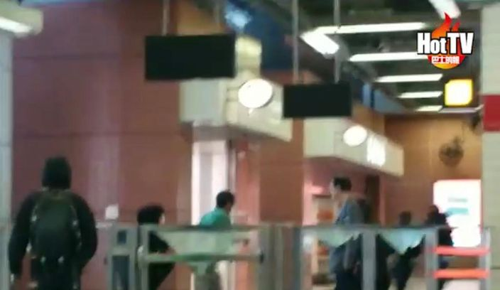 綠衣男子(中)試圖阻止示威者破壞地鐵車站被圍毆。