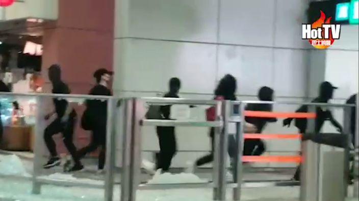 黑衣人在地鐵站破壞後,逃離現場。