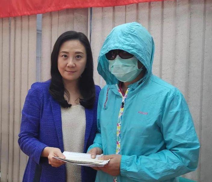 葛珮帆(左)将首批捐款支票交给李太。