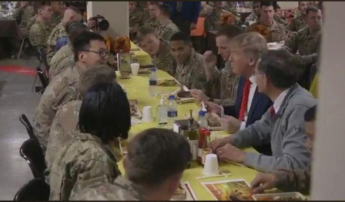 特朗普和美國大兵一起吃火雞。