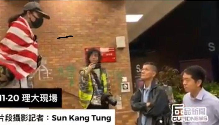 """""""暴力厨房佬""""(左)指骂民主党许智峯(右1)。丘品新闻影片截图"""
