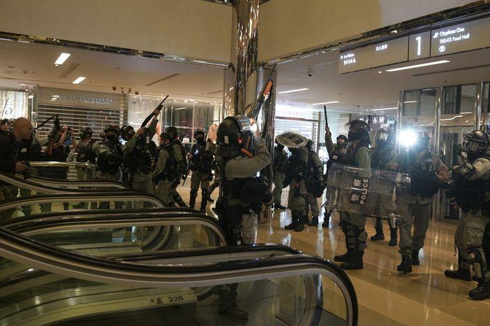 警方在太古城中心亦有向上擎槍警告擲物示威者。資料圖片