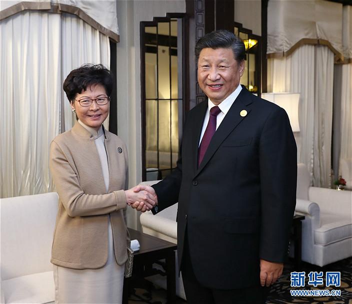 合照時習主席滿面笑容,反而林鄭神情較嚴肅。新華社圖片