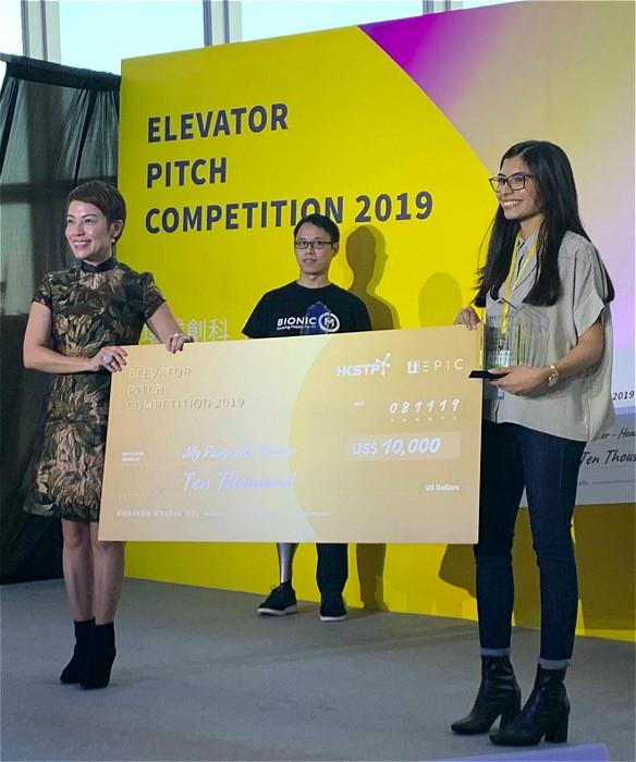 科技園CMO Jojo Cheung (左)頒發智慧城市分組冠軍獎俾EcoPackers 創辦人Nuha Siddiqui(右)。