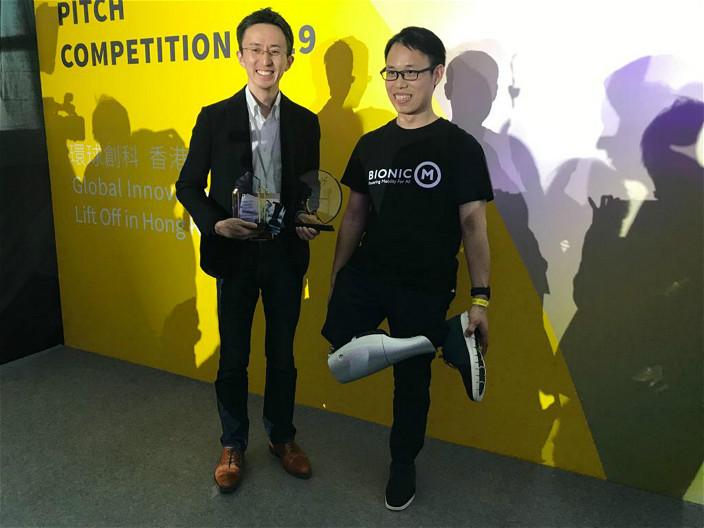 孫小軍(右)自己就是公司的生招牌。旁為另一創辦人關口哲平(左)