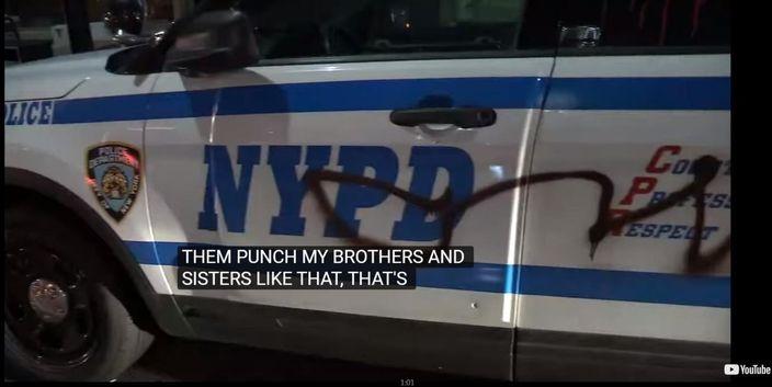 15歲黑人少年被警察毆打及拘捕後,引發千人示威,警車被塗污,網上YouTube 截圖。