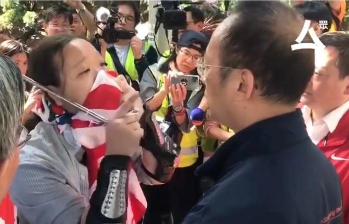 """""""暴力厨房佬""""(左)挑战理大副校长衞炳江(右)一起清洁。众新闻影片截图"""