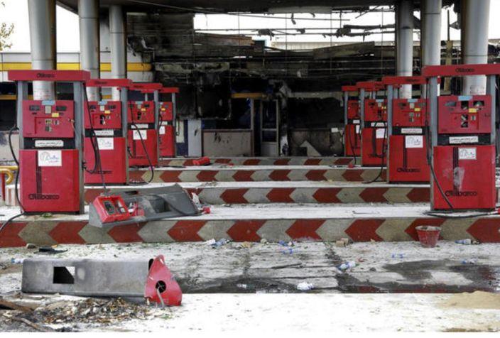 11月20日,德黑蘭,在示威活動中被破壞的加油站設施。新華社圖片