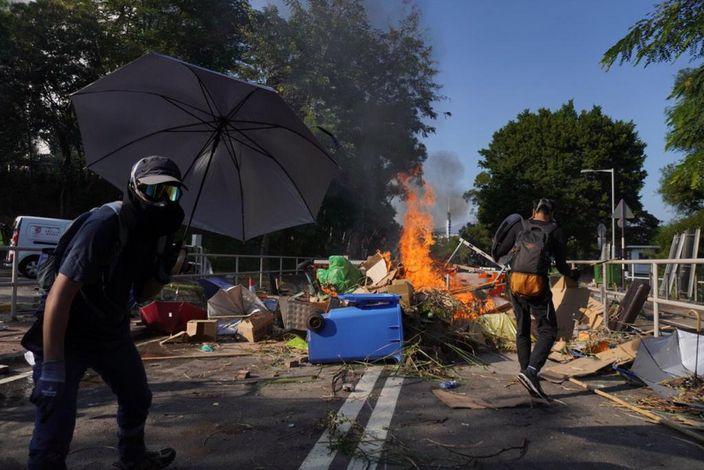 暴徒在中大馬路上堵路縱火。