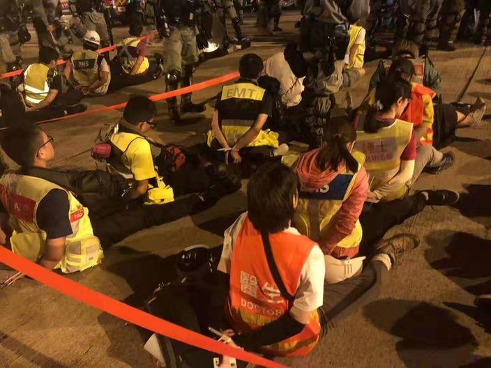 變裝撤離的示威者被拘捕。