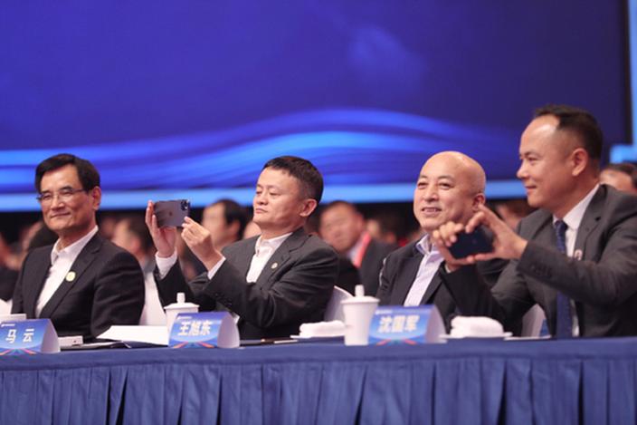 马云出席浙商大会,谈到未来经济问题。(新华网图片)