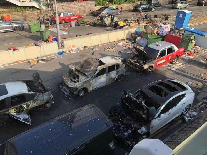 在尖沙咀被燒毁的車龍。