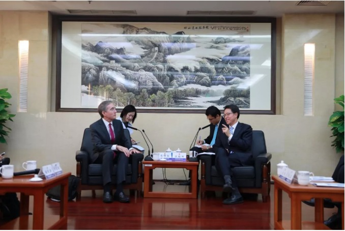 張曉明在北京港澳辦大樓的會客室與葛理福交談。