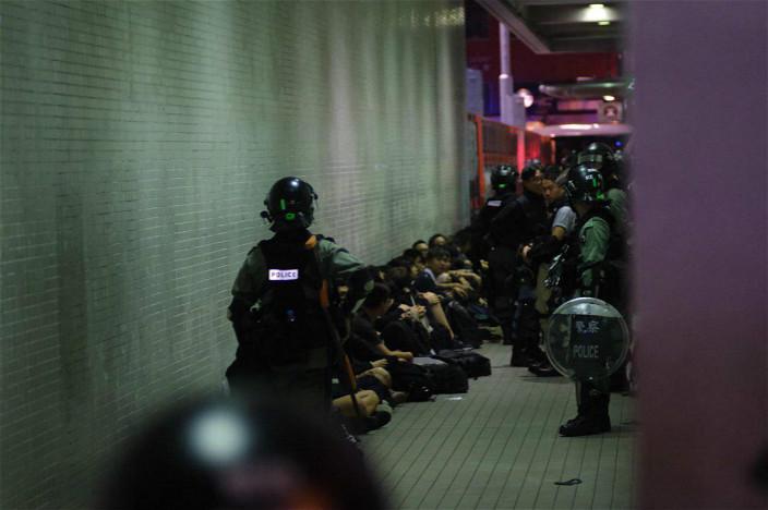 警方昨日在灣仔拘捕大量示威者。