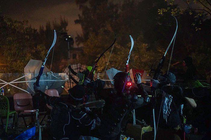 昨晚已有傳媒拍攝到理大平台黑衣人手持弓箭。