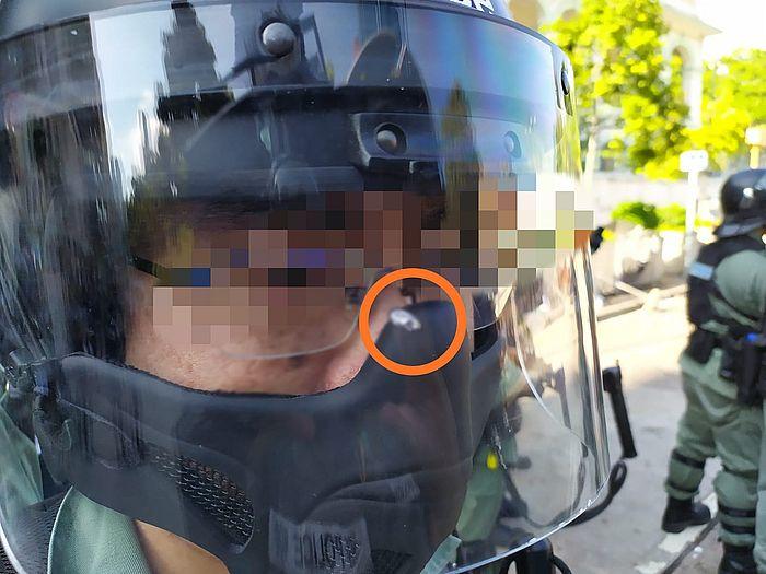 警員頭盔面罩部位仍可見被鋼珠射穿的洞。