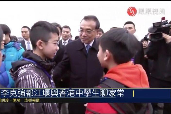 李克强遇上香港学生。 凤凰卫视影片截图。