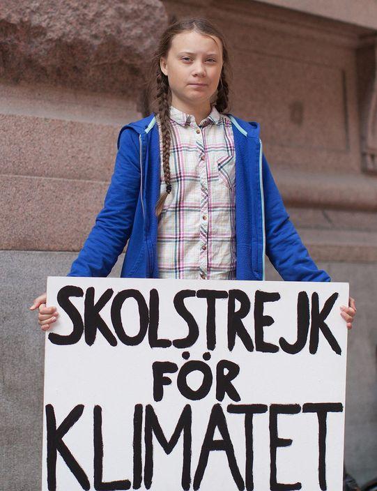 通貝里2018年8月在斯德哥爾摩的瑞典議會大樓前,手拿「為氣候罷課」(Skolstrejk för klimatet)標語。