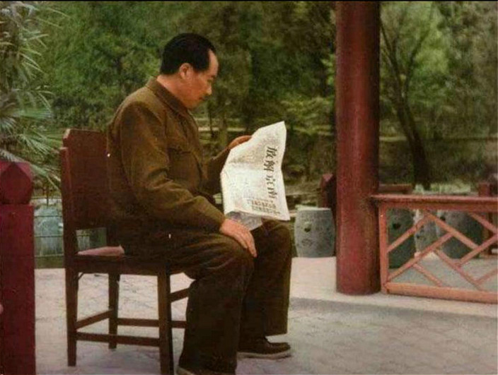 毛泽东看着红军攻占南京的新闻,作出《人民解放军占领南京》的不朽诗作。