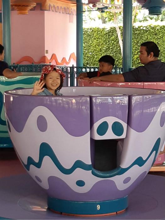 女儿阿真不用上学,去迪士尼玩得好开心。