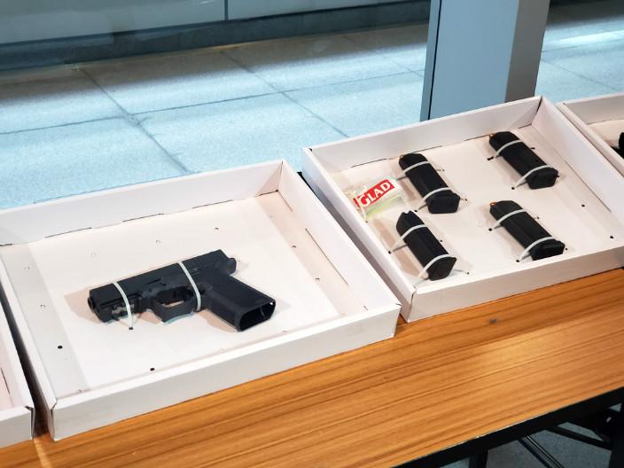 撿獲的5個彈匣,當中3個已上滿子彈。