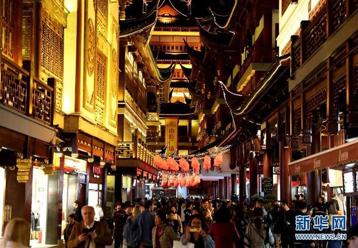 """中国信息化推动消费活动,""""夜间经济""""是其中一环。(新华网图片)"""