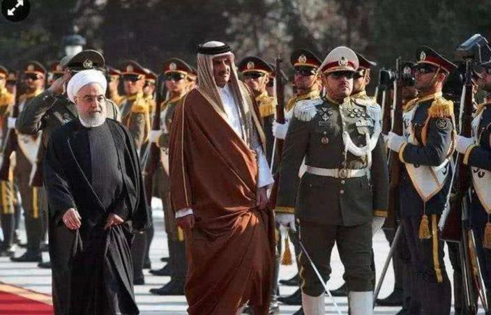 卡塔爾元首阿勒薩尼(中)訪問伊朗。