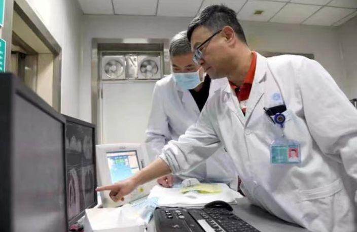 张劲农教授(右)在看片断症。