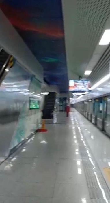 武漢地鐵8號線中一路站,月台上竟然只有一個人在等車。