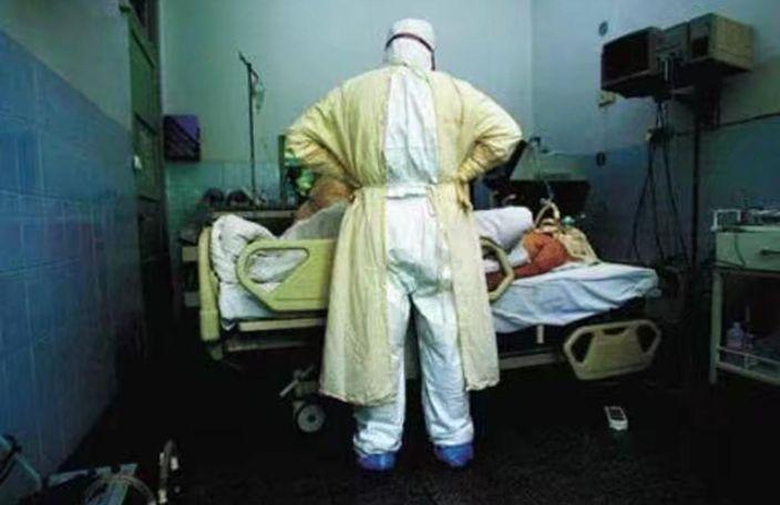 2003年4月30日,北京地壇醫院,一位沙士患者經搶救無效不幸死亡,一名醫生久久地站在他的遺體旁。