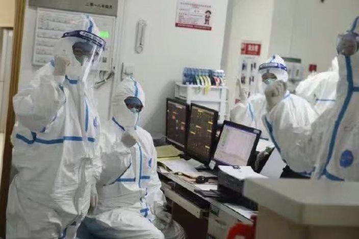 武漢市中心醫院後湖院區呼吸與危重症醫學科監護室內,多名醫護人員穿著防護服當值。武漢市中心醫院微博圖