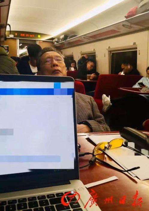 鍾南山在趕往武漢的高鐵餐車上。廣州日報圖片
