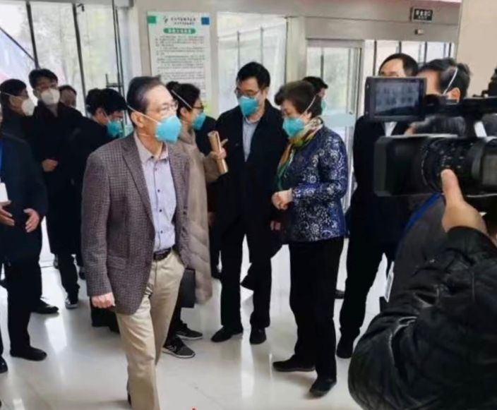 鍾南山到醫院實地視察防疫工作。廣州日報圖片