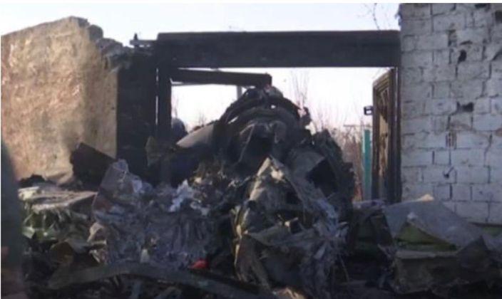 烏克蘭民航客機被擊落後,碎片散落一地。AP圖片