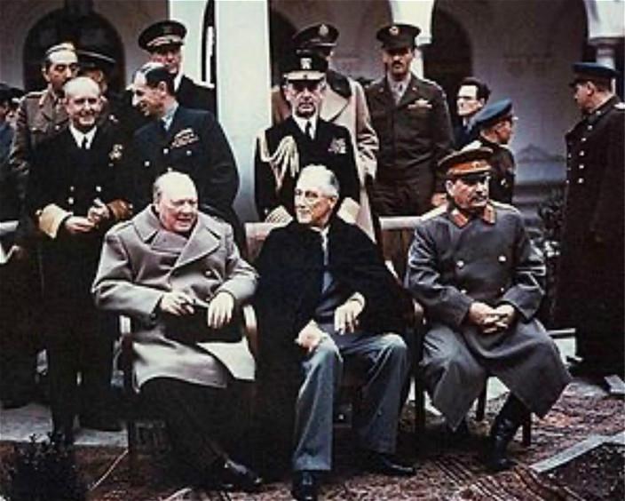 在雅爾塔會議期間,美國總統羅斯福(中)、英國首相丘吉爾(左)和蘇聯人民委員會主席史太林(右)拍下的歷史照片。