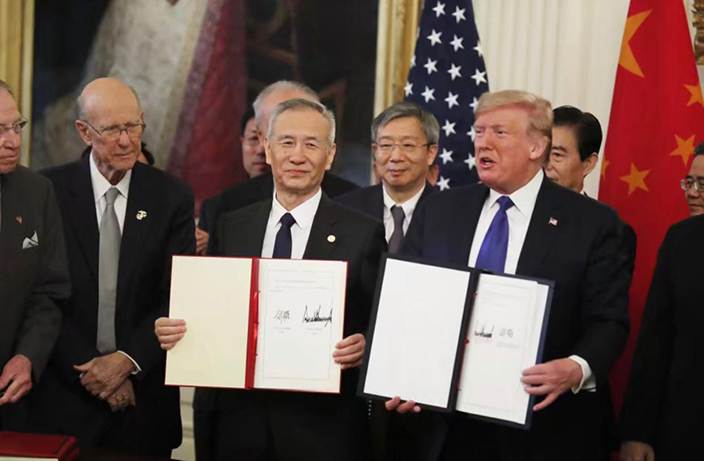 美國總統特朗普和中國副總理劉鶴在白宮簽署協議。