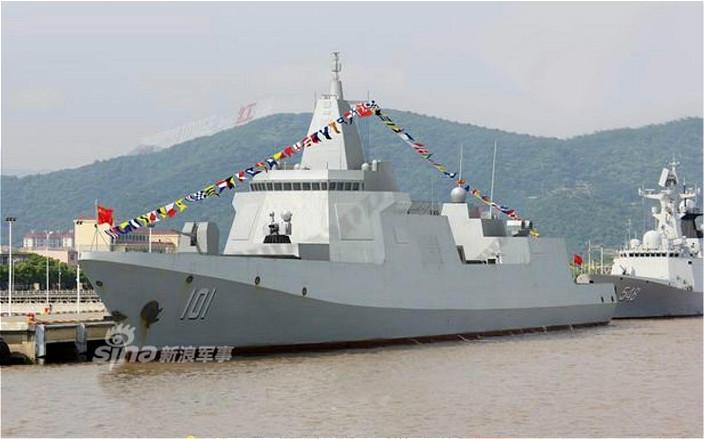 """中国新下水的055万吨""""大驱""""。新浪军事图片"""