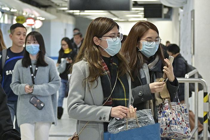武汉肺炎及冬季流感下本港市民佩戴口罩外出。 资料图片