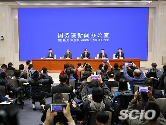 國務院新聞辦公室頻密地開發佈會,宣布疫情進展。國新網圖片