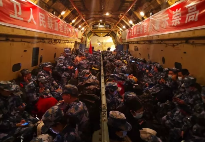 由海軍軍醫大學組建的醫療隊赴湖北武漢抗擊疫情。